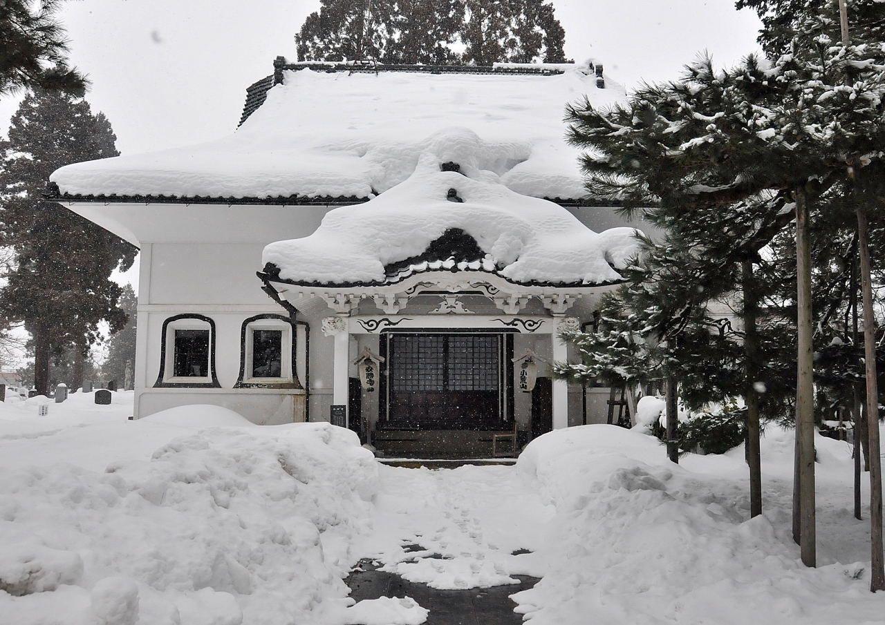 蔵の街に相応しい、土蔵造りの本堂を有するお寺と雪のコラボレーションを見学!