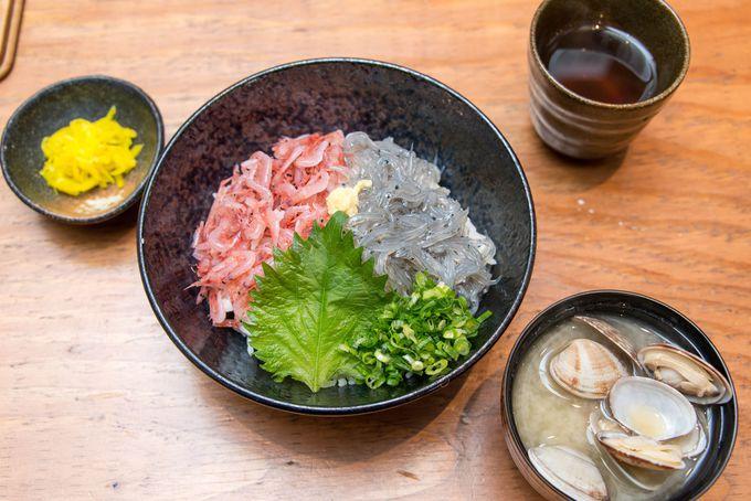 散策前の腹拵え、お勧めは「二色丼」… 現地でしか味わえない絶品のランチを頂こう。