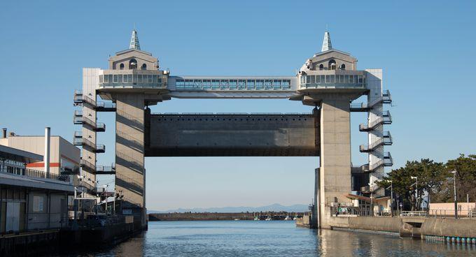 沼津港にそびえる展望水門「びゅーお」に上って、市内の眺望を楽しみ、かつ散策場所を見繕おう