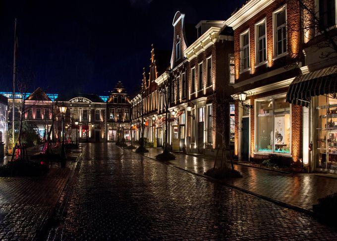 アムステルダム広場では欧州の街並みライトアップが。雨の日は一層幻想的に!