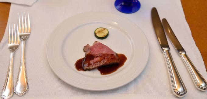 リゾートでの夕食は、カフェテラス「ラティーダ」のディナービュッフェで楽しもう。