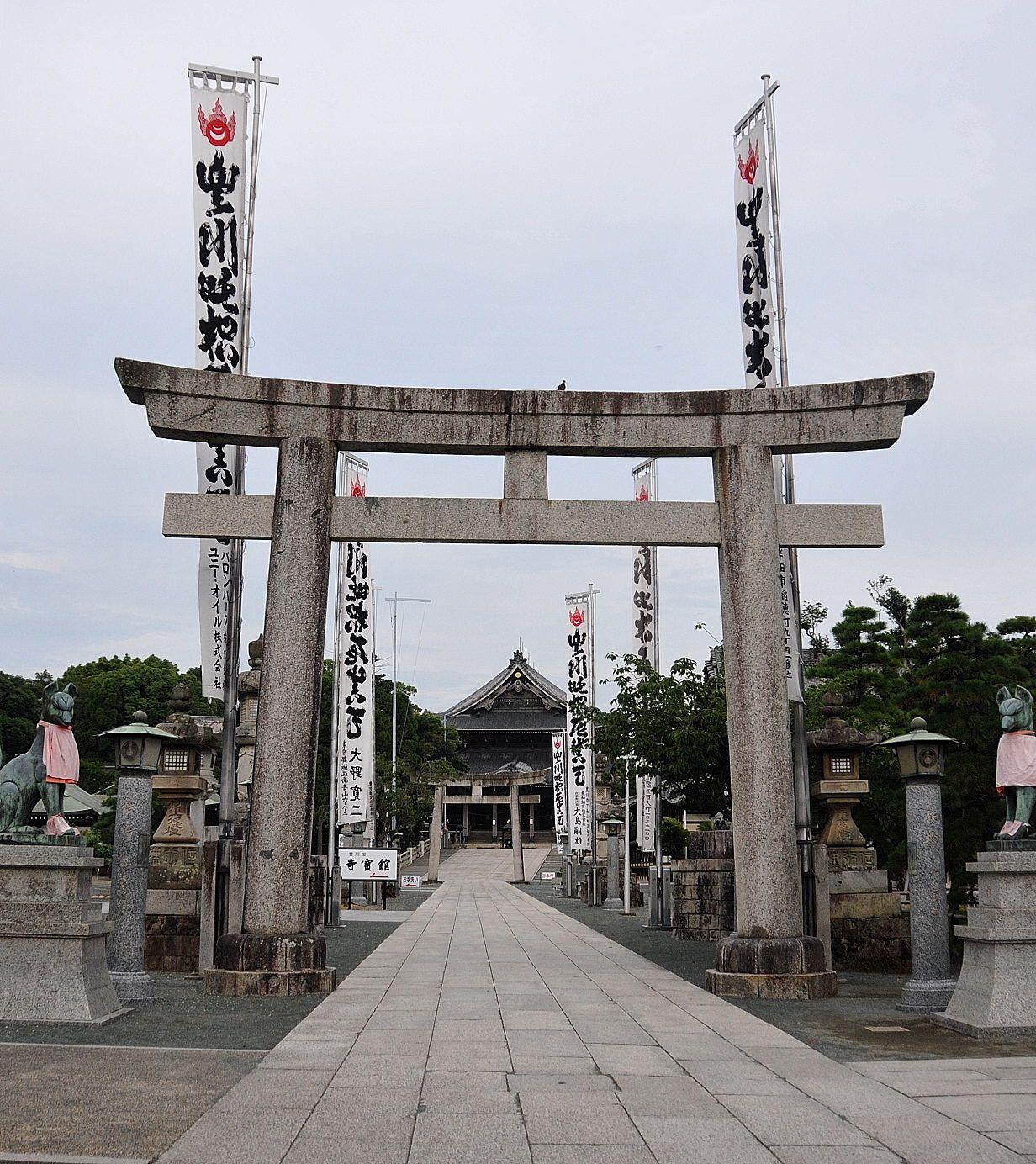 お寺なのに鳥居があって、その奥に本殿。神仏習合の名残が!