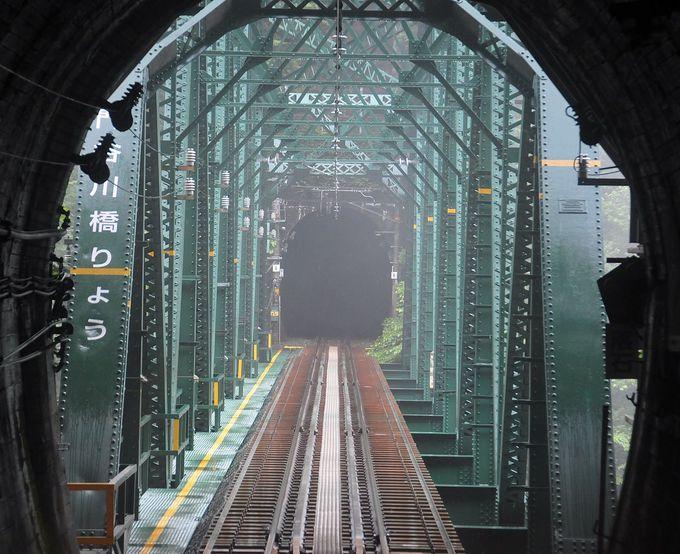 秘境ポイントは、走行中の列車からしか見られない。その一瞬を写真に収めよう