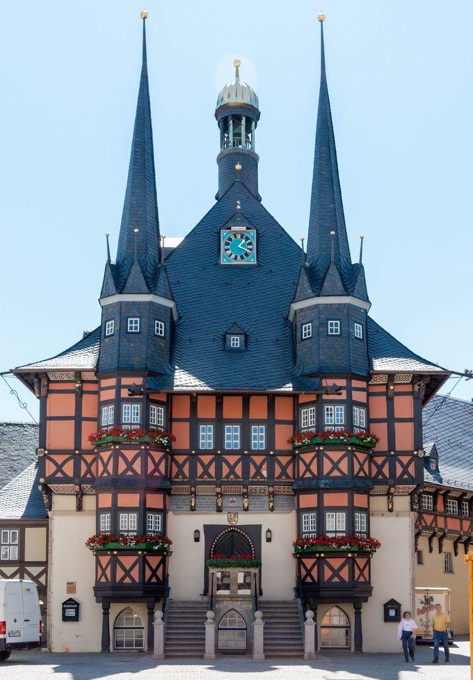 市庁舎はまるでおとぎの国のお城のよう。心ゆくまで木組み建築を堪能しよう