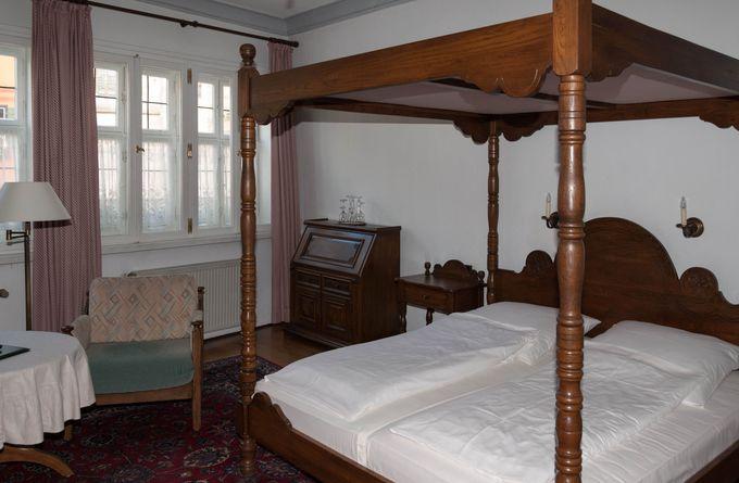 ドイチェスハウスに泊まるなら、2階の天蓋付きベッドを備えた部屋がお勧め!