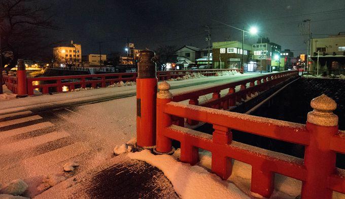 市内を流れる内川にかかる「三雪橋」。数多くの映画ロケ地で、雪夜景が幻想的