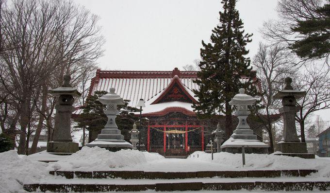 駅前通りに津々と降る雪は旅情緒をそそられる。雪に当たりながら街中を散策しよう