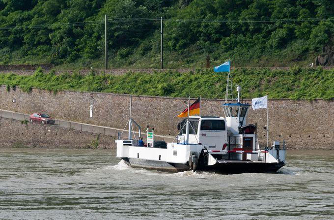 橋がなくても不便はない。一度は乗ってみたいライン川の渡し船。