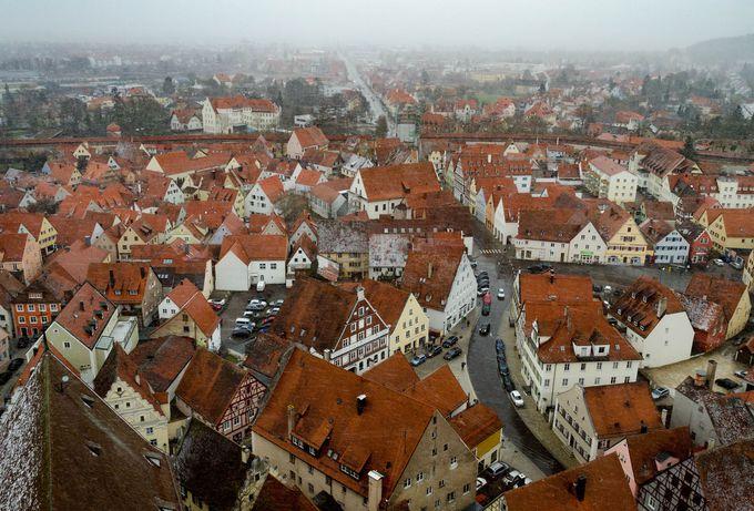 幾多の戦乱を潜り抜け、現在も円形の城壁が残る「ネルドリンゲン」。街の中心から見物スタートしよう