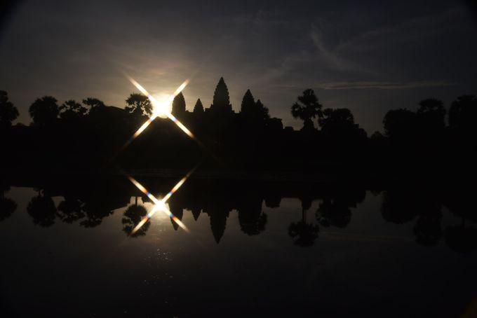 世界の夜明けはアンコールワットから!眩しく昇る朝日とシルエットの遺跡が幻想的