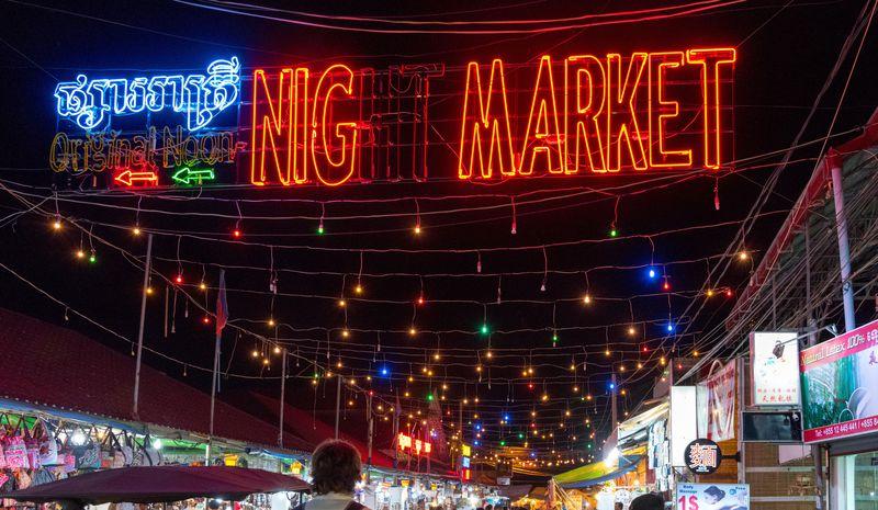 市内観光は夜も安全で面白い。ナイトマーケットで掘り出し物を探そう