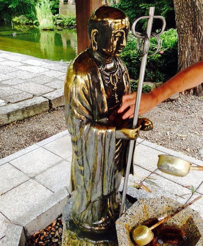 レトロ門前町の西新井大師、たわしで地蔵様磨いて長寿祈願!
