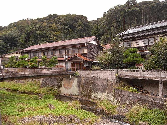 宿泊は唯一の内湯がある老舗「冨士屋旅館」にて
