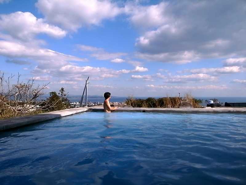 コバルトブルー色の絶景露天風呂 別府 観海寺温泉 いちのいで会館