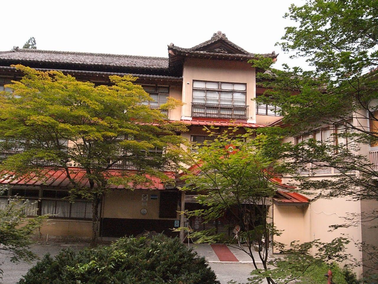 赤瓦が映える藤三旅館