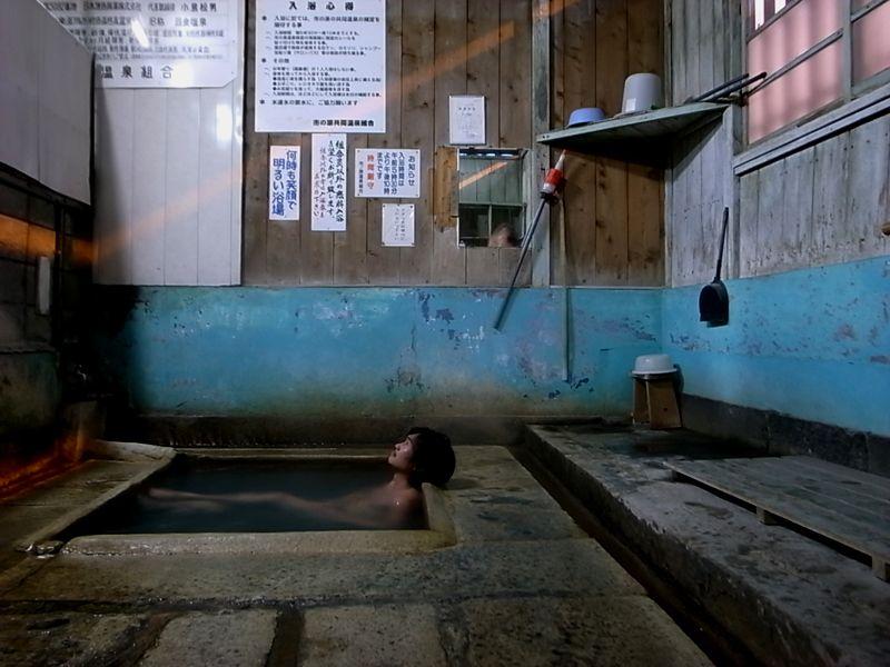 剥げたペンキに石の浴槽・・・たまらないっす 「市の原温泉」 浴室内