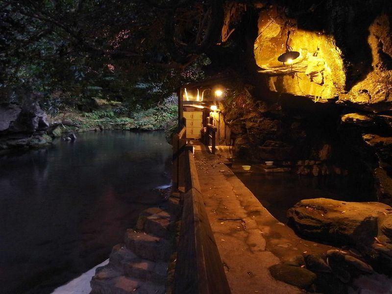 足元から湧き出す天然洞窟温泉!大分県・壁湯温泉「福元屋」