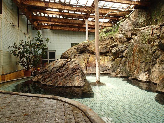 明るくて開放的かつワイルドな混浴の内湯