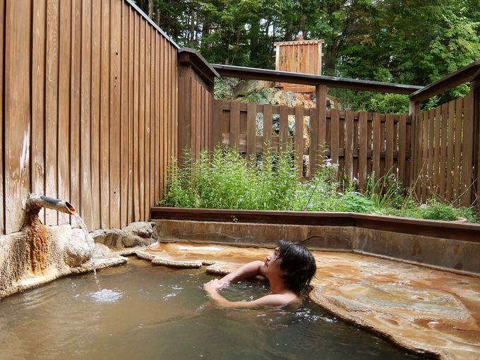 芸術的な析出物でコーティングされた露天風呂