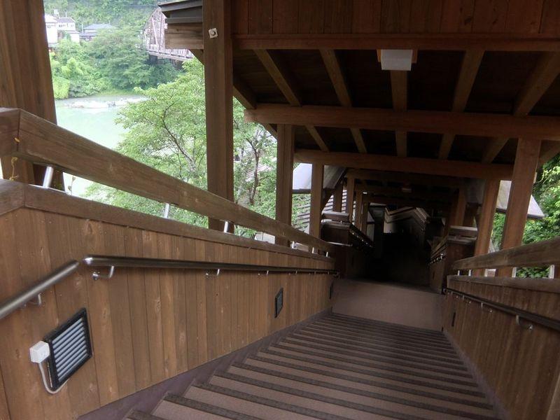 長い階段を降りていきましょう
