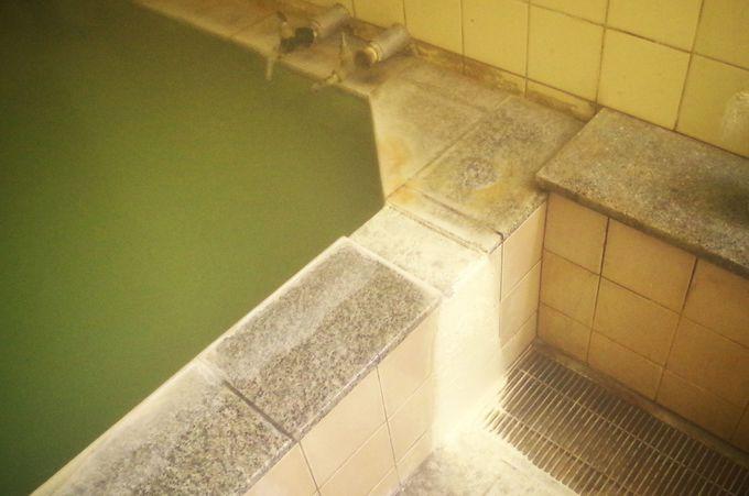日によって色が変わる珍しい硫黄泉