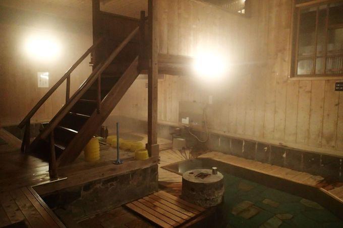 「まるほん旅館」の代名詞と言える昔ながらの情緒溢れる混浴の内湯