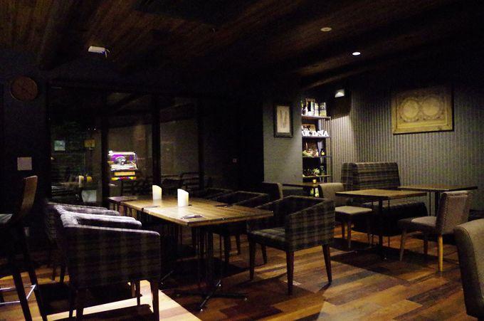 宿泊者以外も利用できるカフェ「山カフェ力(リッキー)」は夜にはバーに