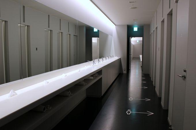 広い個人ロッカーと化粧室も快適な空間