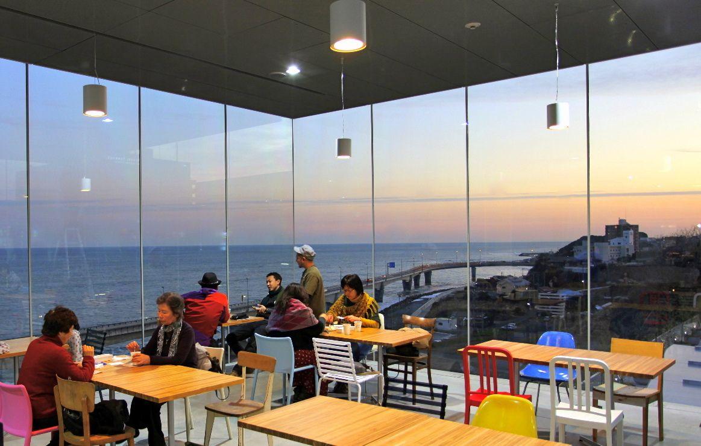 コレが天空の駅!海に浮く絶景カフェでぶらり途中下車「JR日立駅」(茨城)