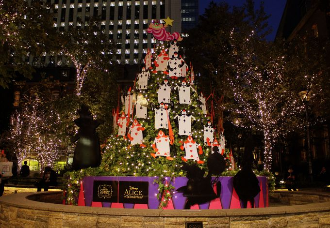 雰囲気抜群の丸の内ブリックスクエア!「ふしぎの国のアリス」のツリーが登場