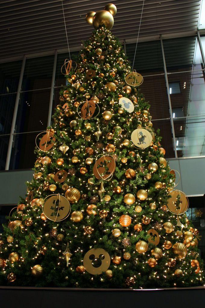 ディズニーキャラクターの大きなクリスマスツリー!