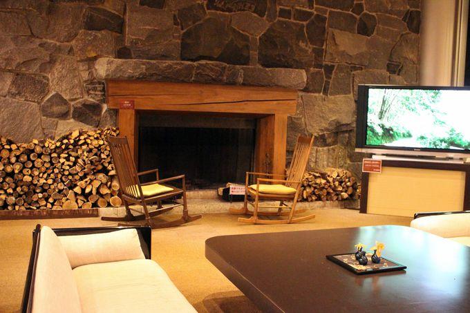 本物の暖炉のあるロビーやライブラリーでひと休み