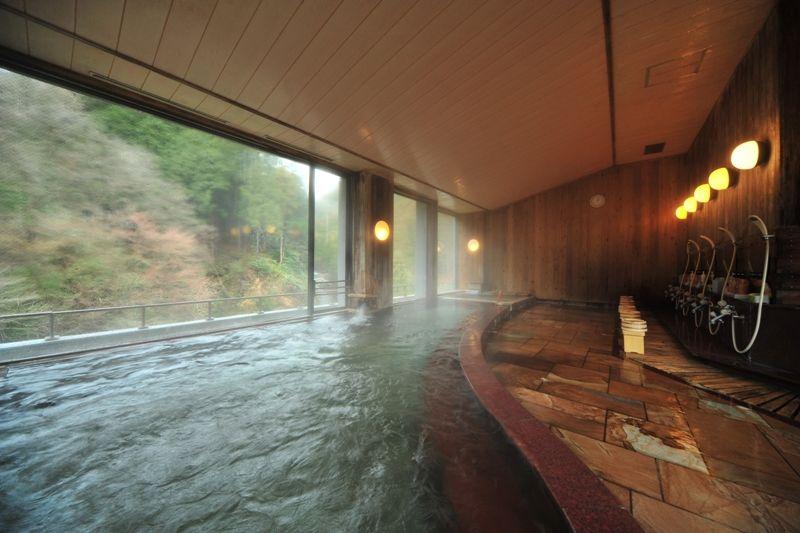 まずは、眺望の良い大浴場でゆったり温泉に入る