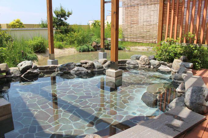 波の音を聴きながら、温泉に浸かる贅沢な時間を