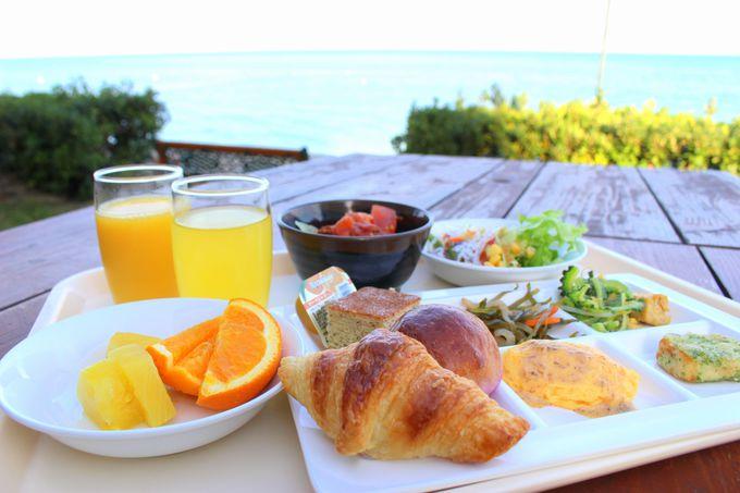 レストランが充実!朝食はビーチ前のテラス席で