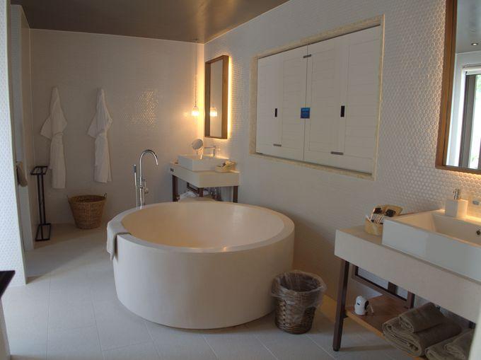 お部屋はプール付き!広々としたバスルームも魅力