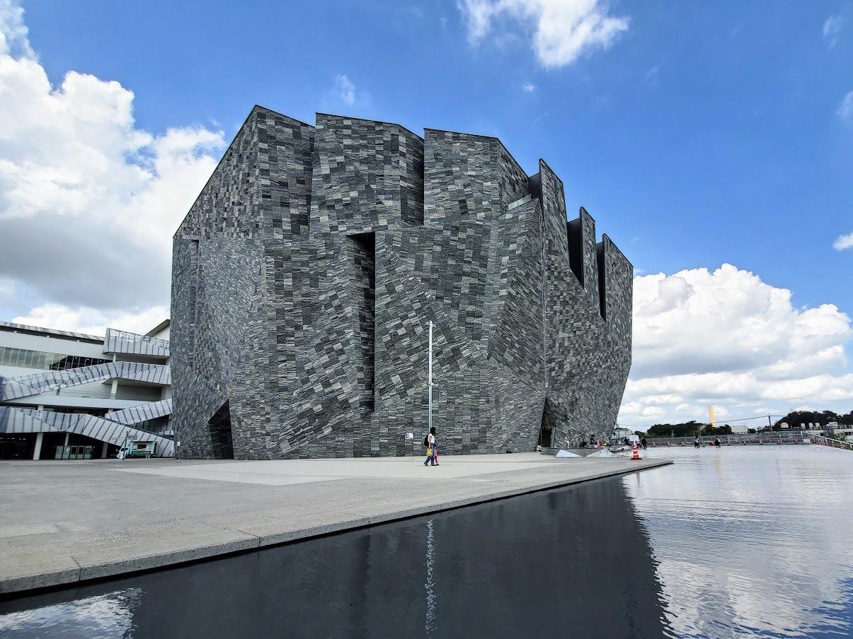 迫力ある巨大な岩の建築物「角川武蔵野ミュージアム」