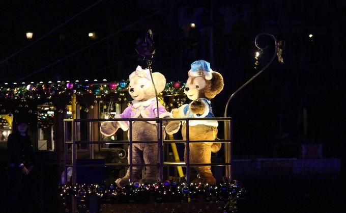 水上のショー「カラー・オブ・クリスマス」!夜はロマンチックな景色に!