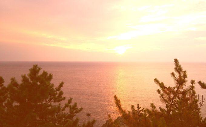 迫力ある断崖と優しい夕陽の対照美