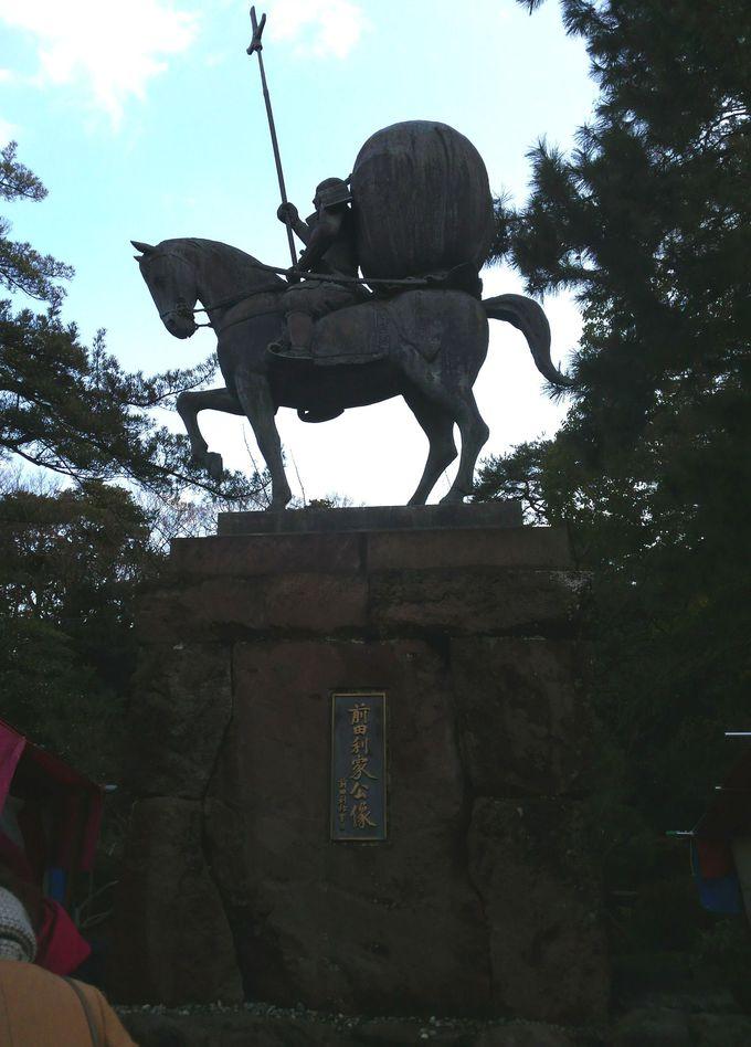 戦いに挑む前田利家公の像