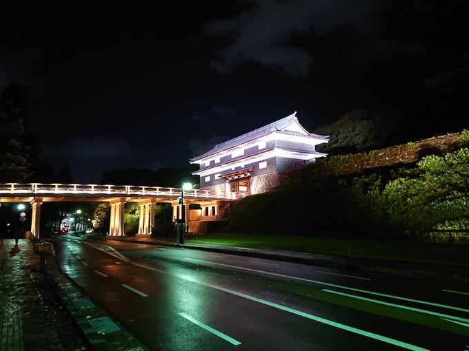 荘厳な金沢城のライトアップ