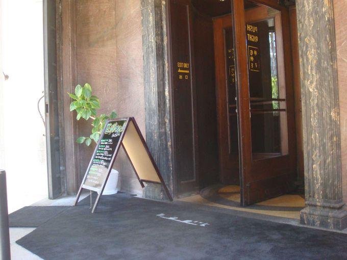 入り口はレトロな回転扉