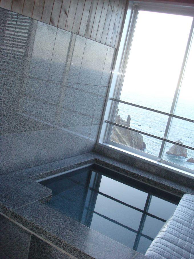 客室露天風呂からも海が見えます。