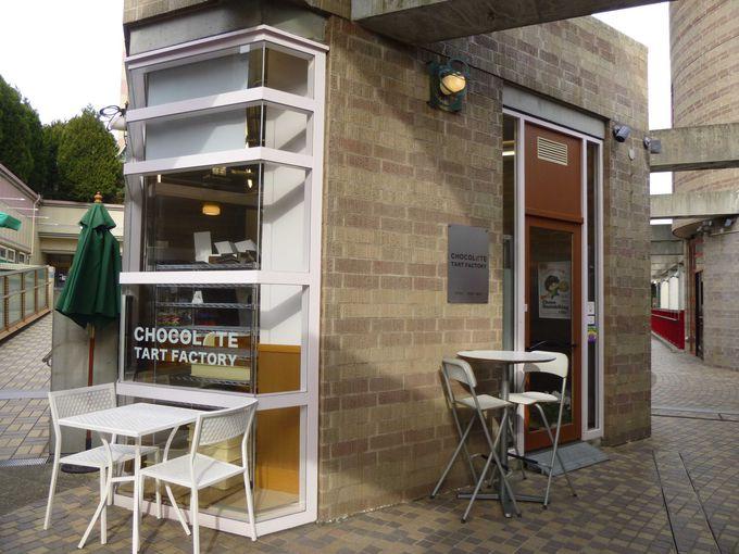 生チョコタルトづくりが間近に見られる小さなお店