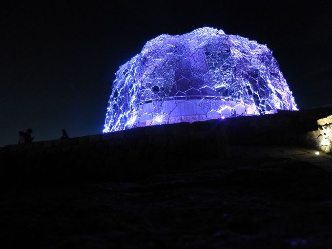 美しい光のアート、自然体感展望台「六甲枝垂れ(しだれ)」。