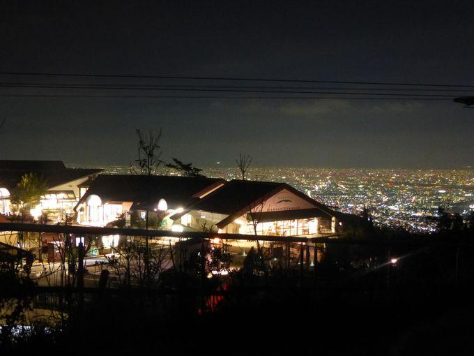 神戸の夜景をバックに建つ、六甲ガーデンテラス。