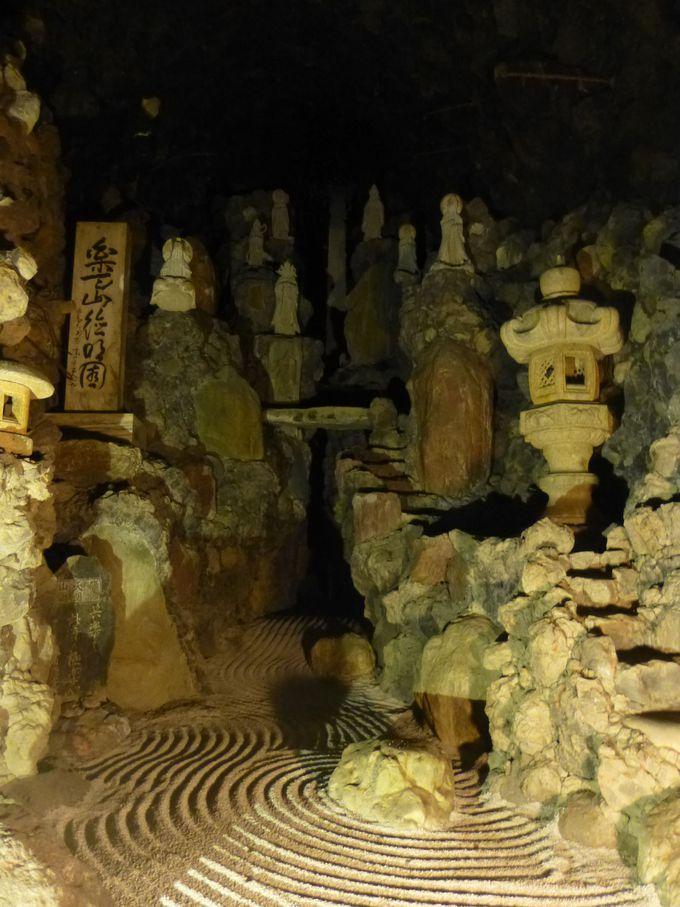 静かな坑道を歩くと、最奥には神秘的な光景が。