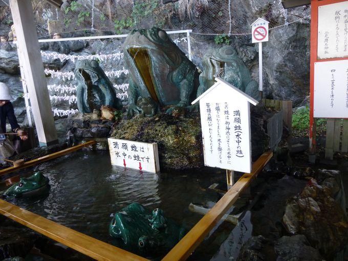 二見興玉神社の見どころは?満願蛙に水をかけてお願いごとを。その隣には天岩屋