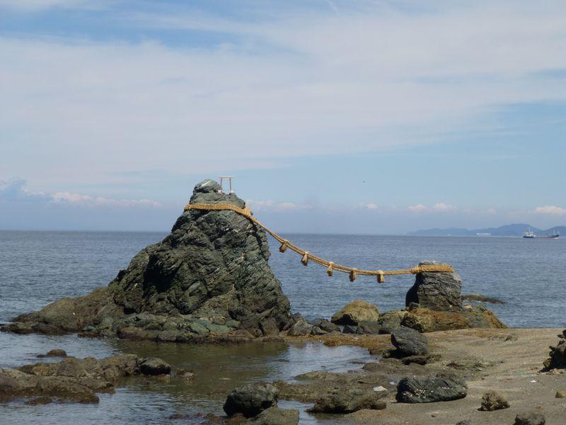 鳥居の役割も持つ、夫婦岩