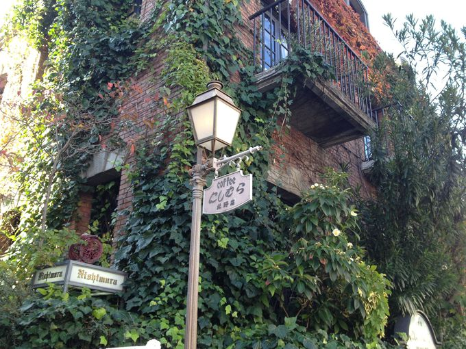 蔦の絡まる赤レンガの壁、レトロな異空間。「北野坂にしむら珈琲店」